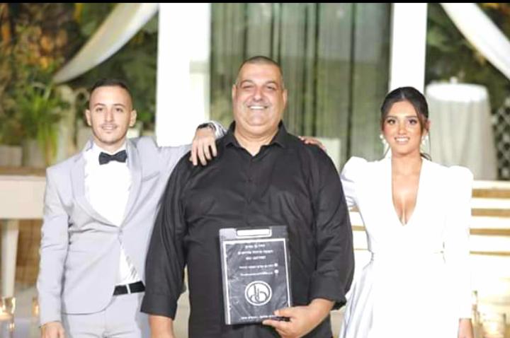 דודו בן נאים עם הזוג המאושר (צילום: זיו חושבי פוטומגנט)