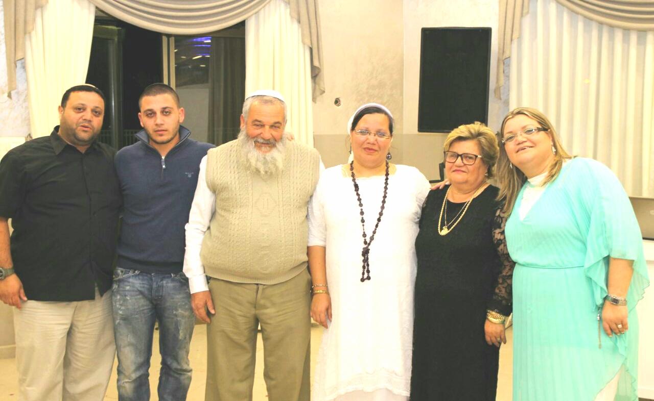 """קובי אקריש ז""""ל עם משפחתו (התמונה באדיבות המשפחה)"""