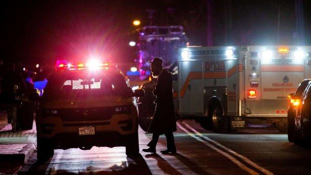 """כוחות משטרה בזירה בה נדקרו חמישה בני אדם במונסי שבניו יורק, ארה""""ב, הלילה. צילום: EDUARDO MUNOZ/רויטרס"""