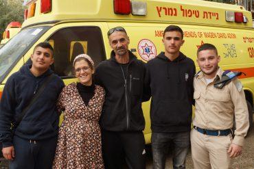 התלמידים והמורה שהצילו את מורתם (צילום: עזרא פטל)
