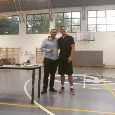 """מימין: מאמן הכדורסל אפי קריאף וסגן ומ""""מ ראש העיר משה שטרית (צילום: אדיר בן שבת)"""