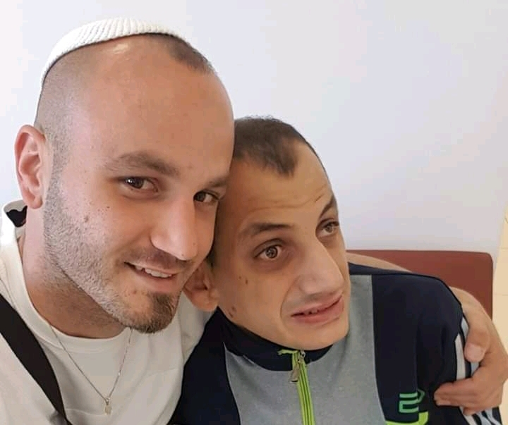 """מימין: מתניה ז""""ל עם אחיו יקיר (צילום: באדיבות המשפחה)"""