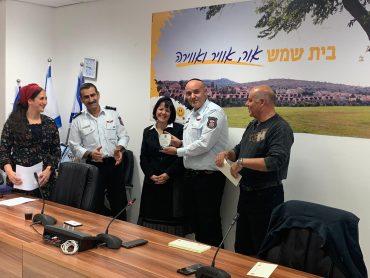 בטקס עם ראש העיר עליזה בלוך (צילום: דוברות כבאות והצלה)
