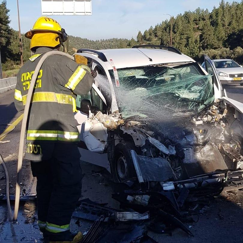 תאונת דרכים בין משאית לרכב פרטי (צילום: דוברות כבאות והצלה בית שמש)