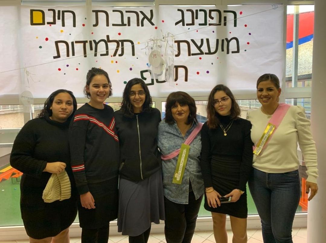 בתמונה: כמה מהתלמידות התורמות עם מעצבות השיער ומנהלת בית החינוך (צילום: אליאב זיו)
