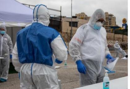 אנשי רפואה ממוגנים מפני הקורונה (צילום: אוהד צויגנברג)