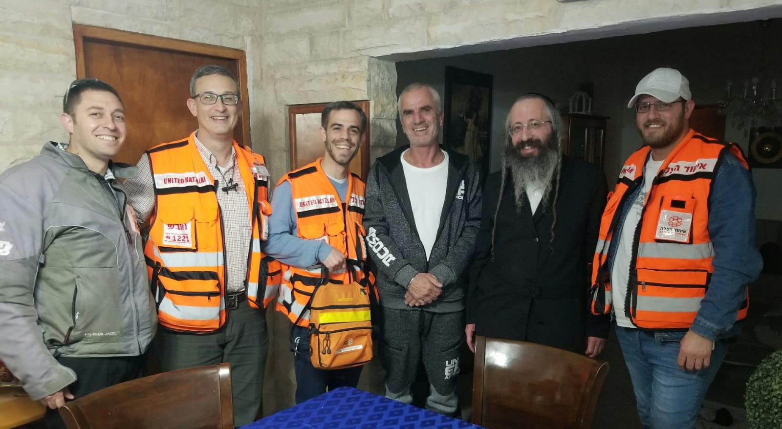 ראובן אלל עם חובשי איחוד הצלה (צילום: באדיבות איחוד הצלה בית שמש)