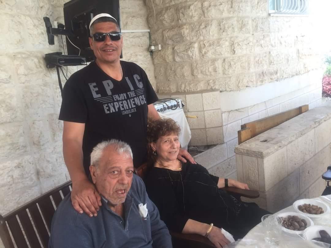 """שלום סחראי ז""""ל עם רעייתו ובנו (צילום: באדיבות המשפחה)"""