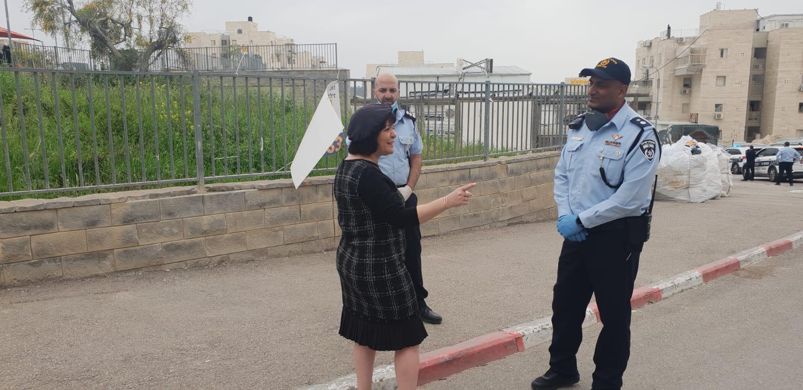ראש העיר עליזה בלוך עם מפקד תחנת משטרת בית שמש (צילום: באדיבות עיריית בית שמש)