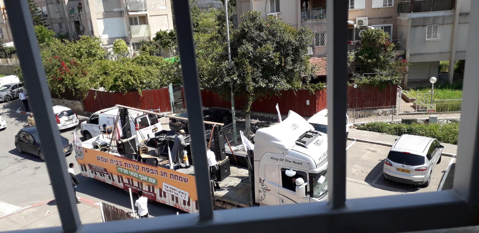 משאית השמחה בבית שמש (צילום: א.נ)