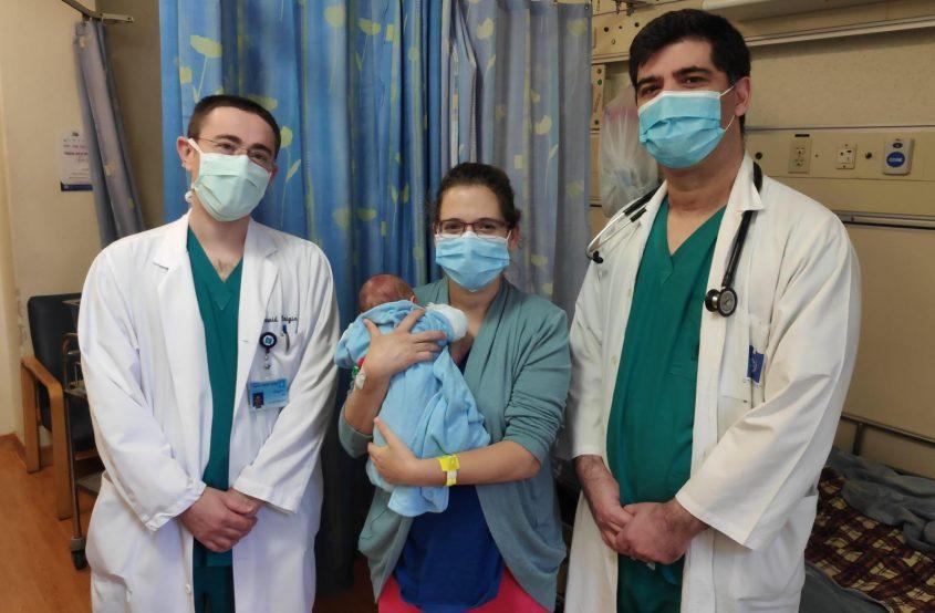 """ד""""ר איציק ביטון (מימין), חן דנציגר ובנה הטרי וד""""ר דוד קיניגן (צילום: דוברת הדסה)"""