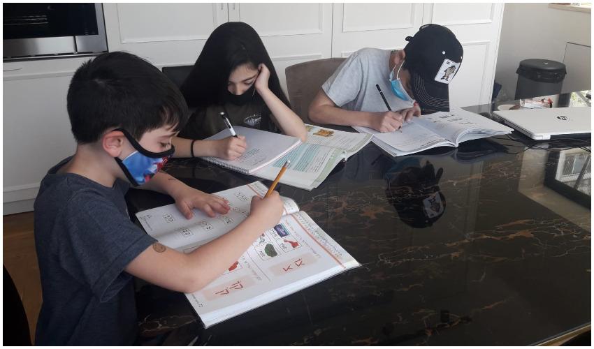 שגרת לימודים מוזרה - אילוסטרציה של תלמידים עם מסכות