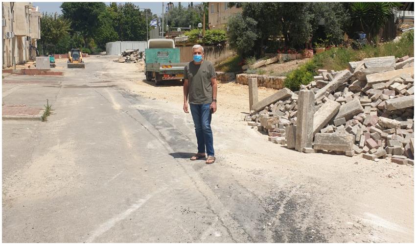 שלום אדרי בעבודות ברחוב פולה בן גוריון (צילום: עיריית בית שמש)