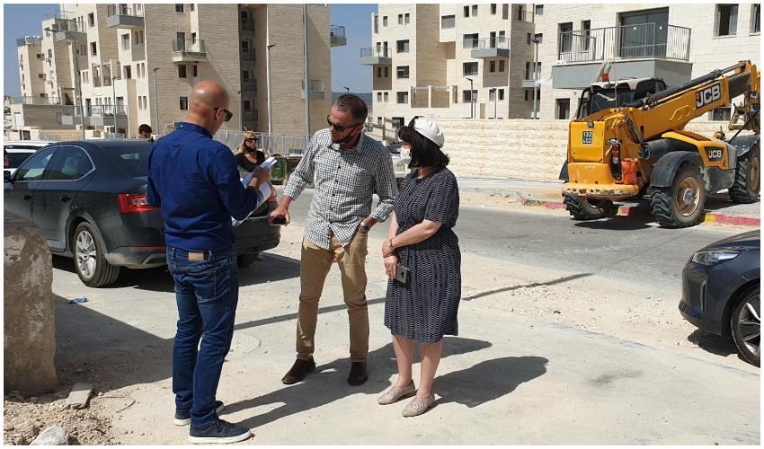 ראש העיר עליזה בלוך בסיור ברמת בית שמש ג' (צילום: עיריית בית שמש)