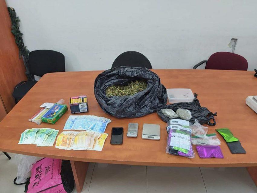 הסמים והכסף שנתפסו בפשיטה הלילה (צילום: דוברות המשטרה)