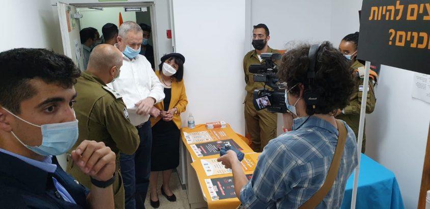 ראש העיר עליזה בלוך וראש הממשלה החליפי בני גנץ, בסיור בבית שמש (צילום: דוברות עיריית בית שמש)
