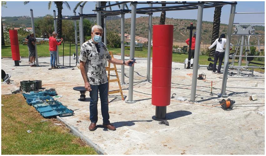 חבר המועצה שלום אדרי במתחם הכושר בפארק בן גוריון (צילום: עיריית בית שמש)