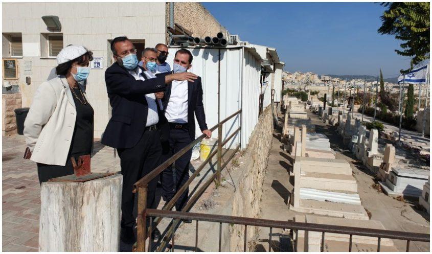 ראש העיר עליזה בלוך בסיור בבית העלמין בית שמש (צילום: דוברות עיריית בית שמש)