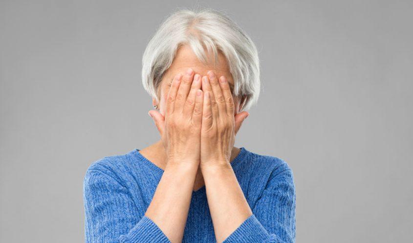 קשישה מסתירה את פניה (צילום אילוסטרציה: א.ס.א.פ קריאייטיבINGIMAGE)